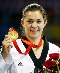 Maria Espinoza muestra su presea dorada que logró ayer.